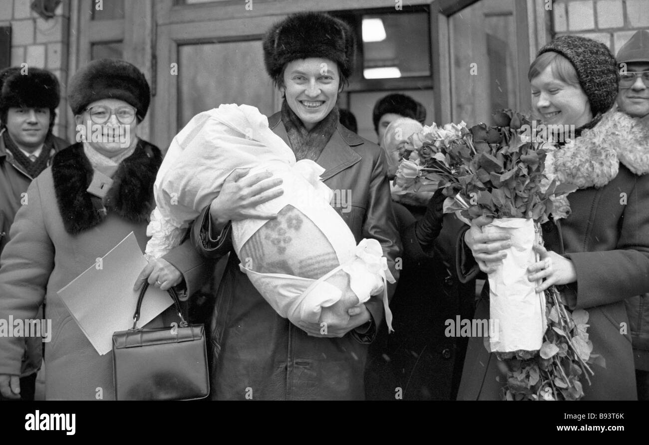 http://c8.alamy.com/comp/B93T6K/anatoly-karpov-center-carrying-his-son-his-wife-right-and-his-mother-B93T6K.jpg