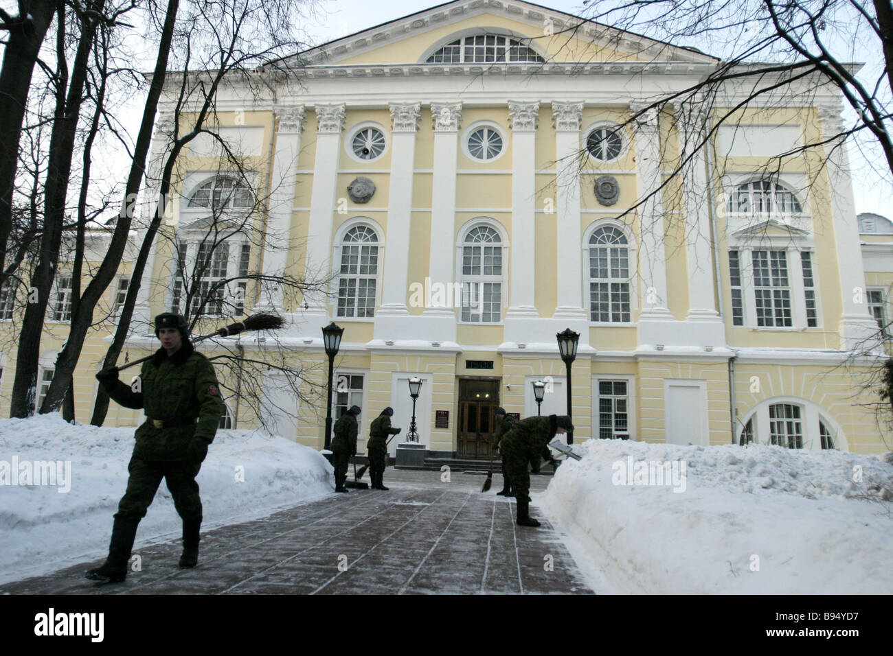 cleaning snowy garden paths burdenko central military hospital
