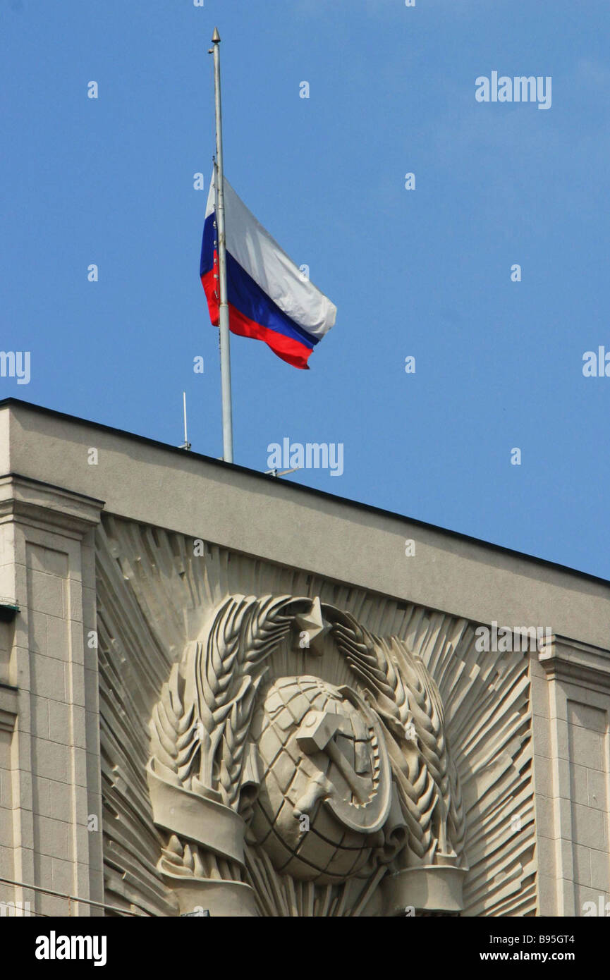 the russian flag half mast high at the russian state duma building