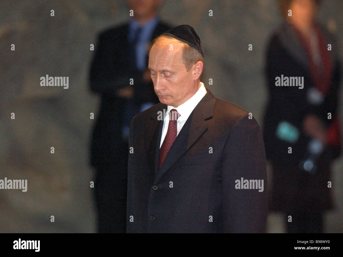 Image result for putin wearing yarmulke at wailing wall