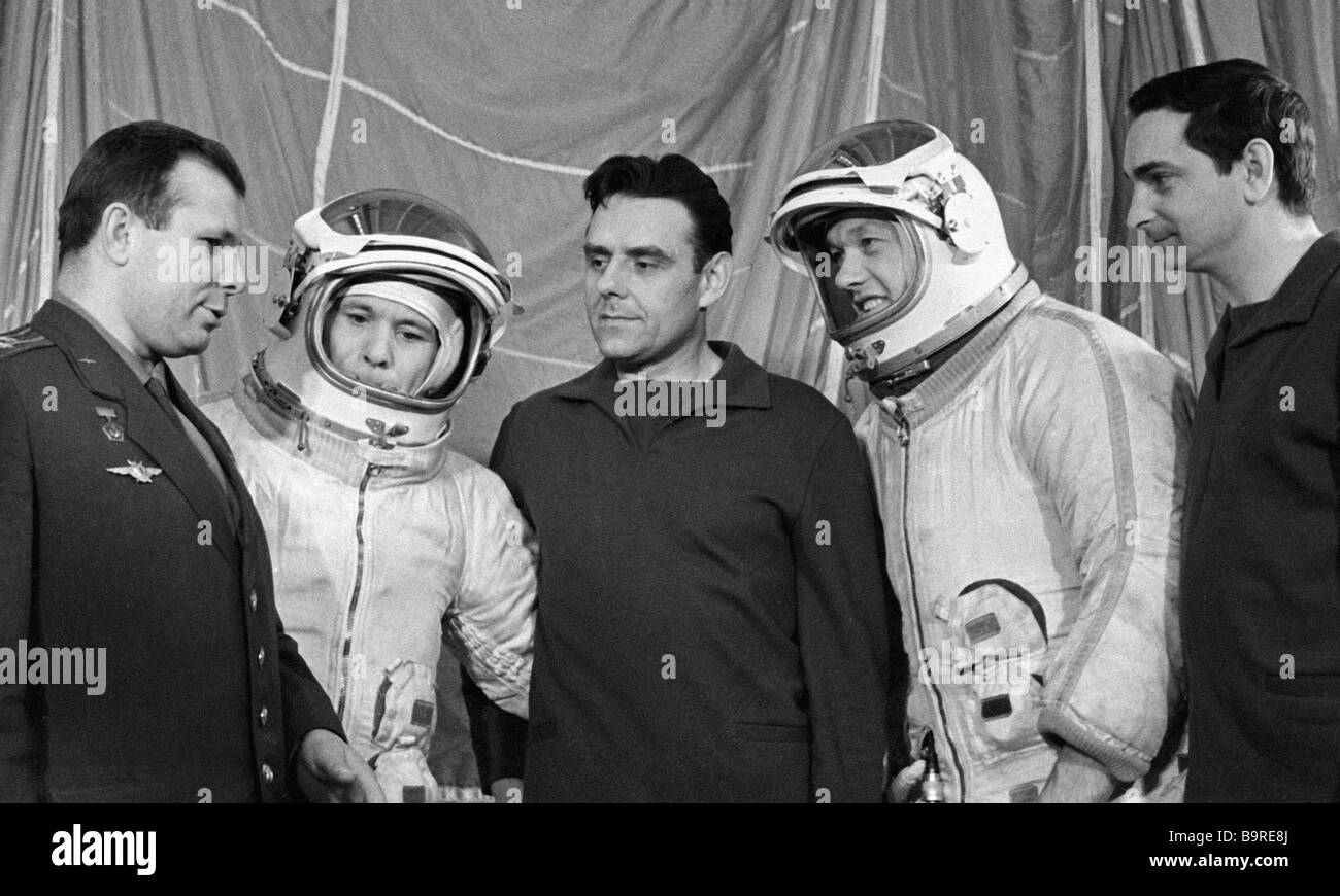 yuri gagarin and vladimir komarov - photo #14