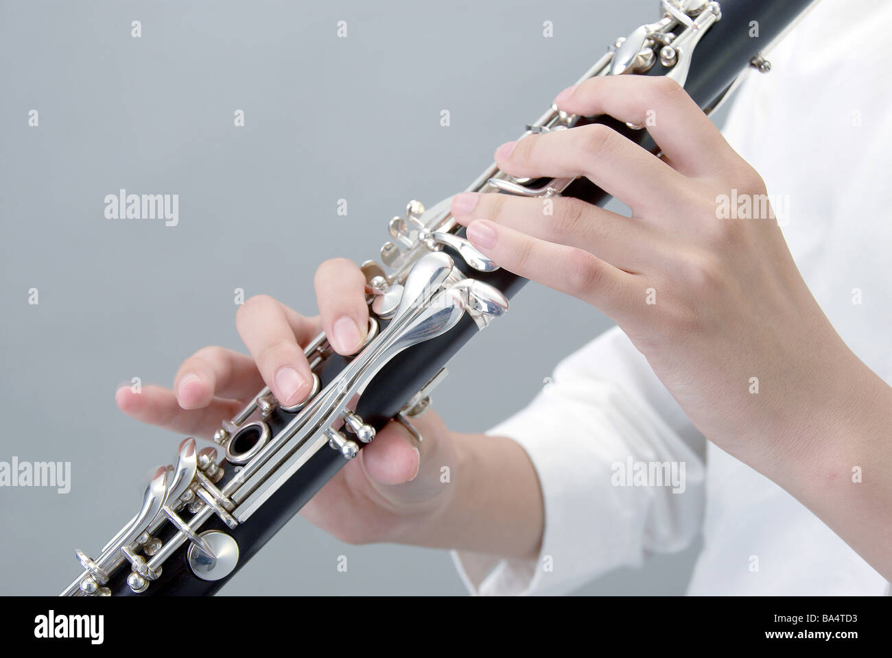 how to hold a clarinet in your mouth