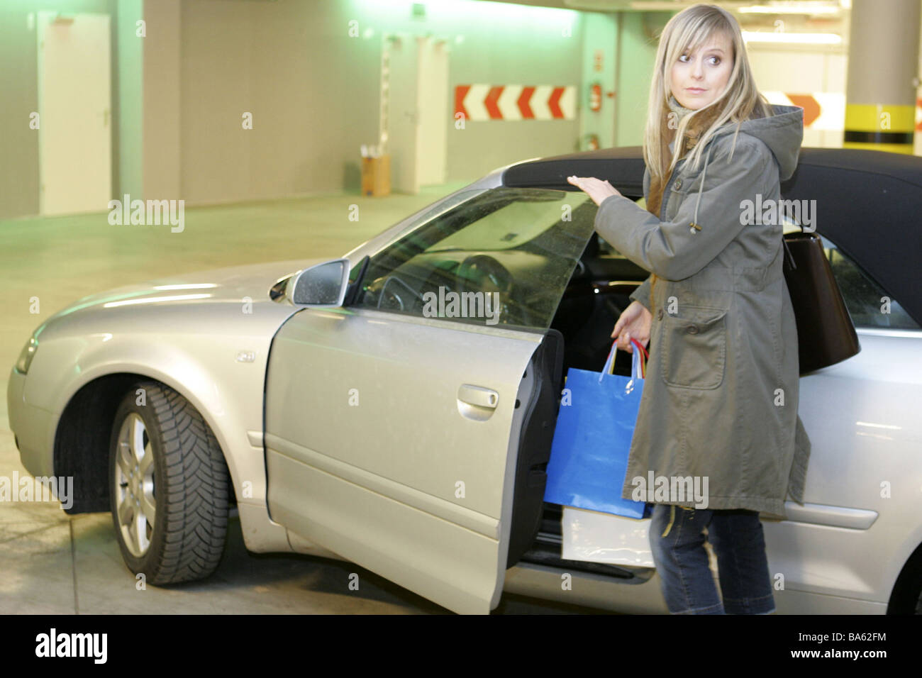 Park garage woman young tote bags car get on series people for Garage a persan