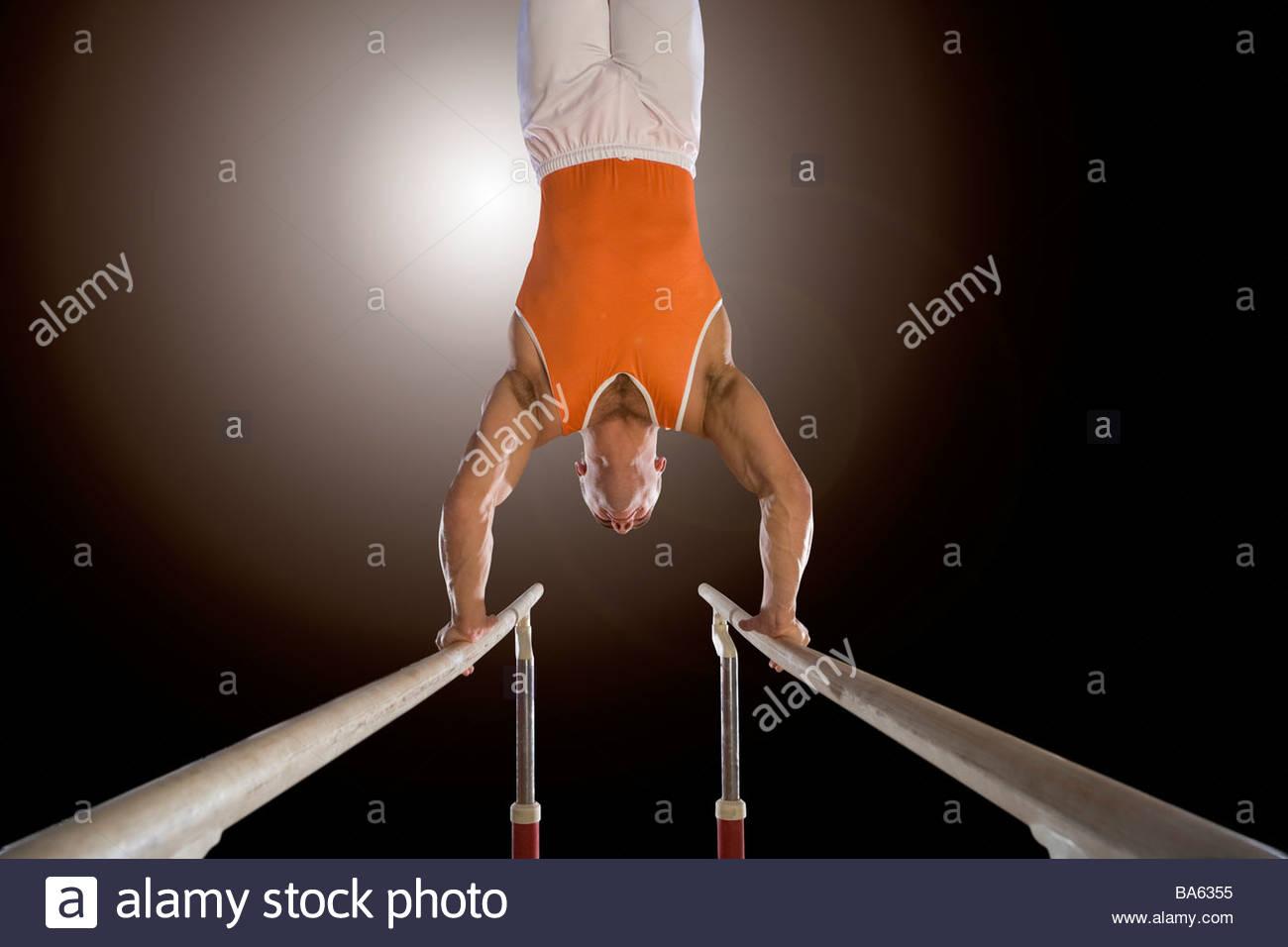 Гимнастка голая брусья