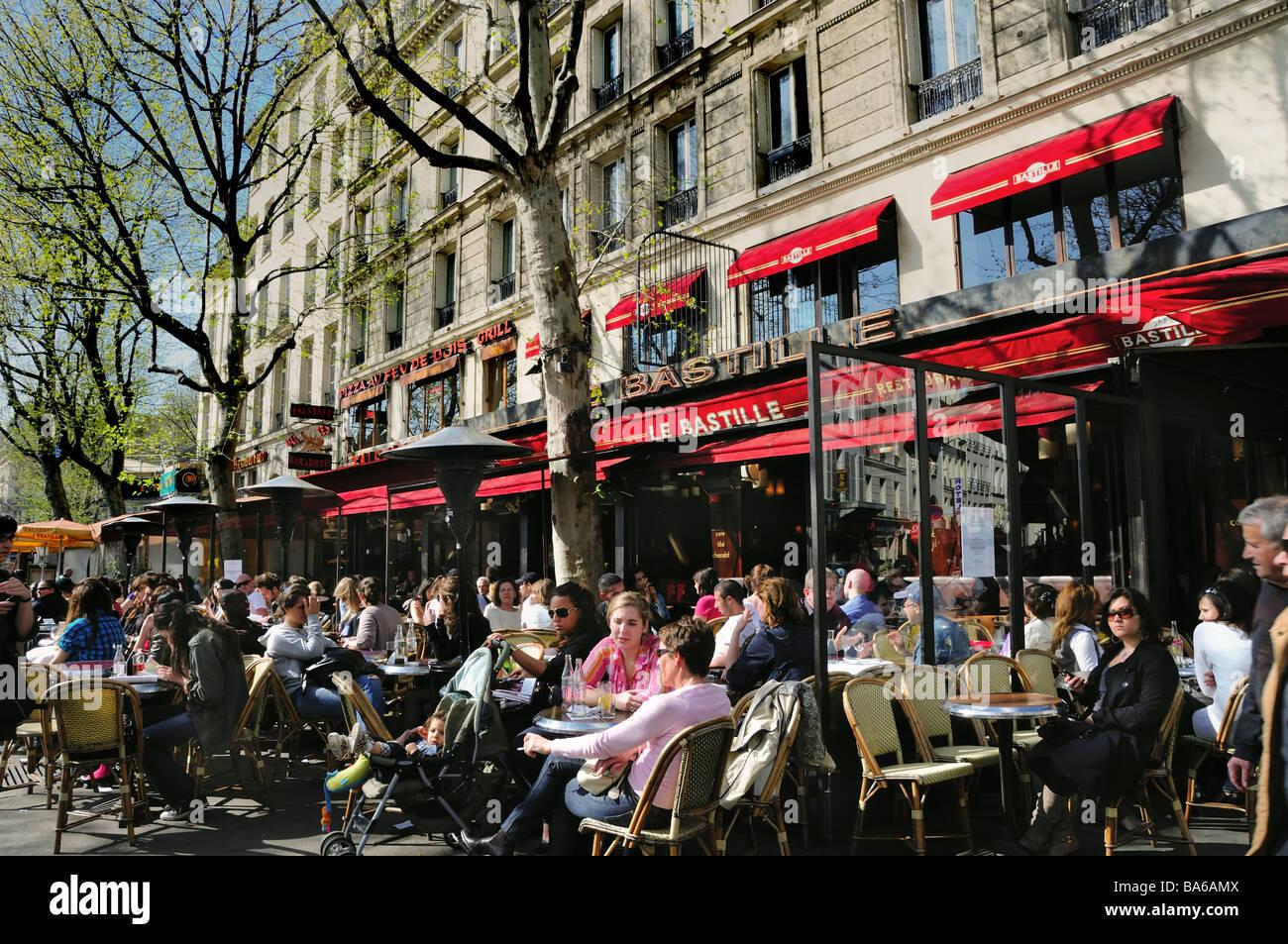 Paris cafe france street scene people sharing drinks for Restaurant bastille terrasse