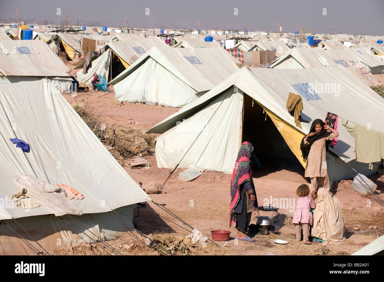 Diplaced by heavy fighting in SWAT people live in UN tents Peshawar NWFP & Diplaced by heavy fighting in SWAT people live in UN tents ...