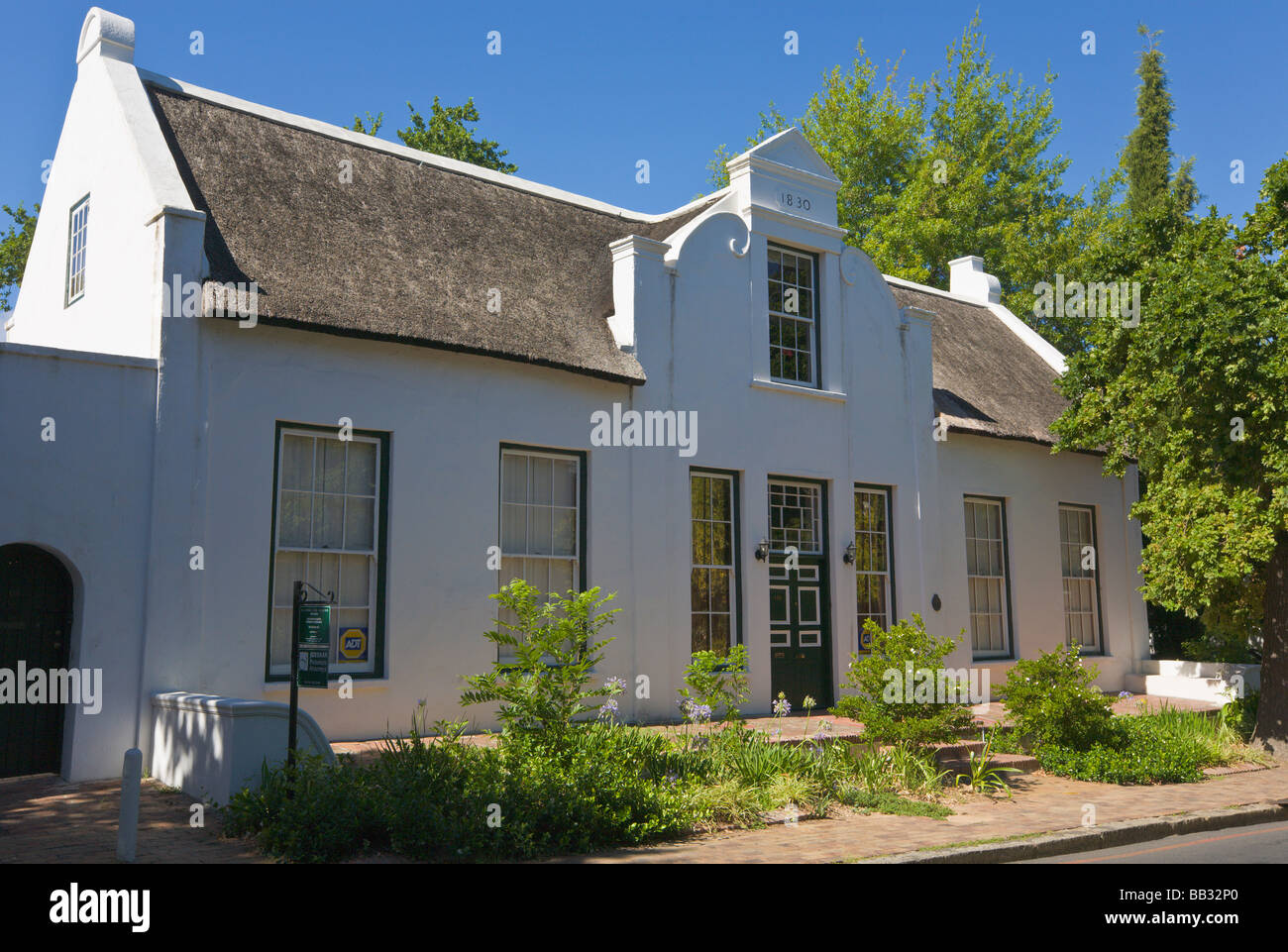 Old thatched cape dutch house stellenbosch south africa for Classic dutch house of 60m2
