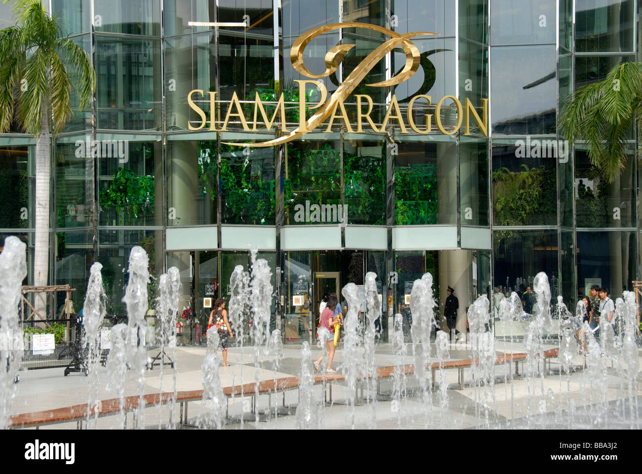 fountain-in-front-glass-facade-of-the-siam-paragon-shopping-center-BBA3J2