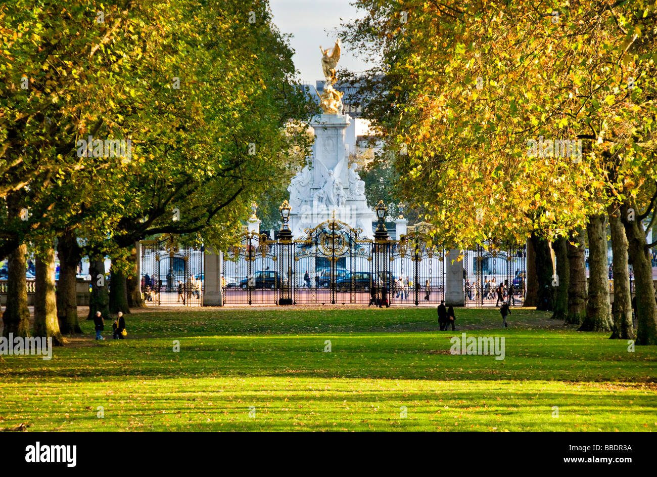 queen victoria memorial seen from green park london uk. Black Bedroom Furniture Sets. Home Design Ideas