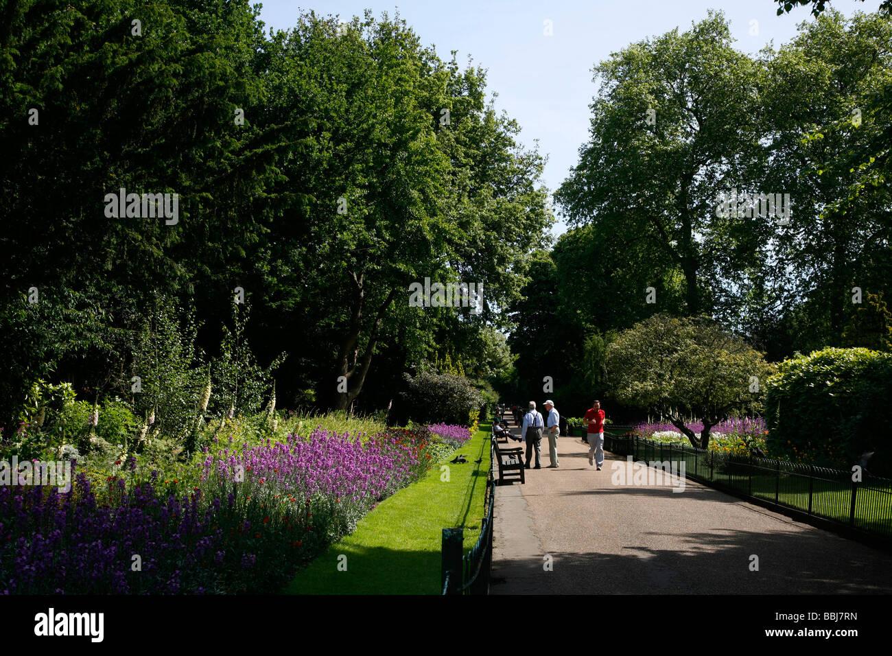 Garden Walk London: Flower Walk In Kensington Gardens, London, UK Stock Photo