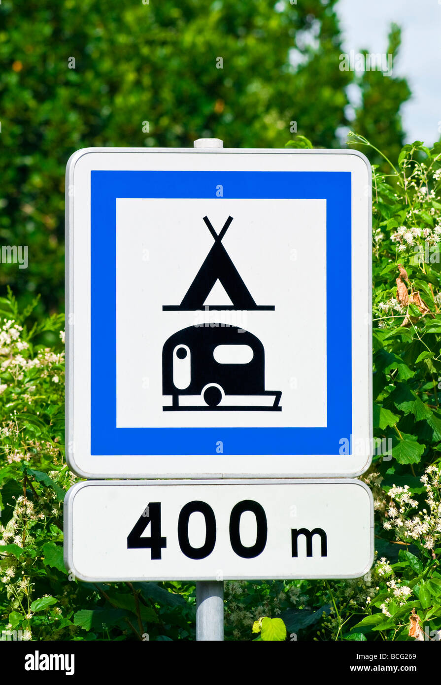 Road sign for camping and caravan site 400 meters indre for Camping indre et loire avec piscine