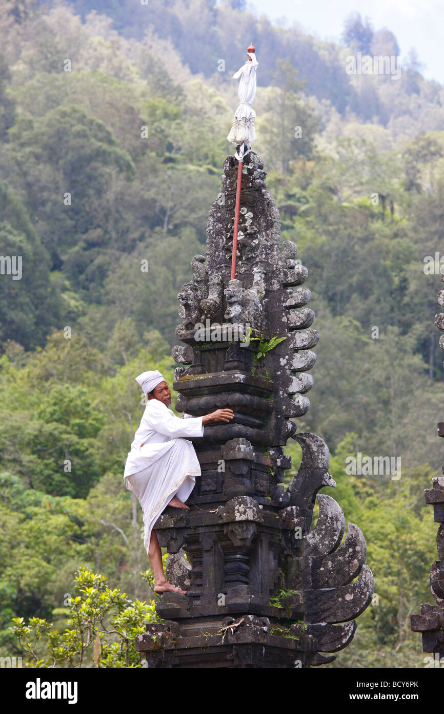 Priest decorating a deity 39 s throne pura pasaran agung at for Agung decoration