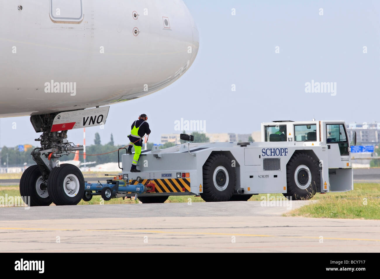 Low floor aircraft tug pusher moving an airbus a 480 - Moviendo perchas ...