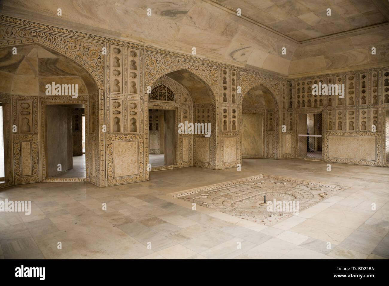 Musamman / Muthamman Burj indoor fountain. Marble walls & columns ...