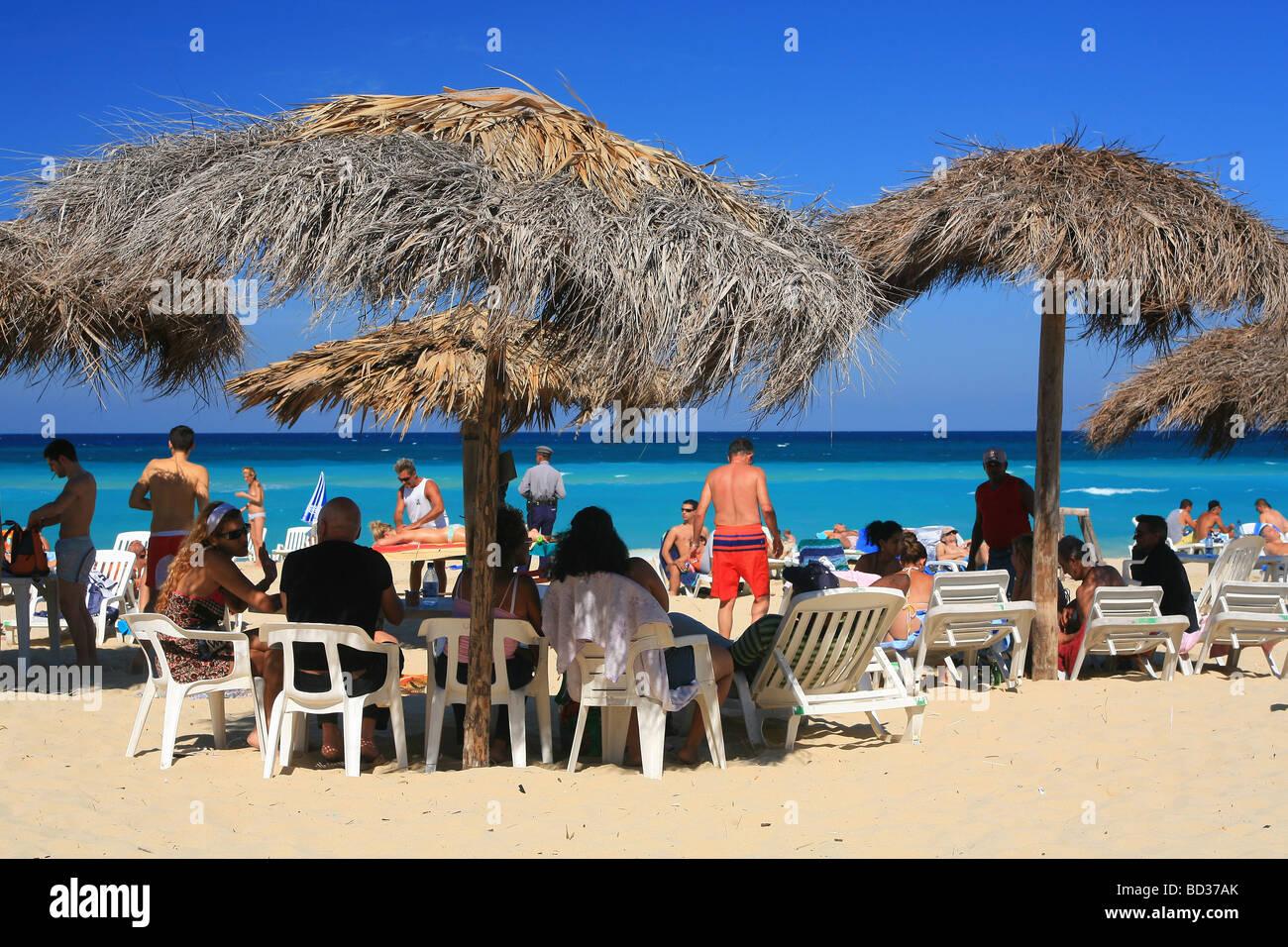 Kuba - Page 2 Cuba-playas-del-este-thatched-ranchitos-on-playa-megano-near-havana-BD37AK