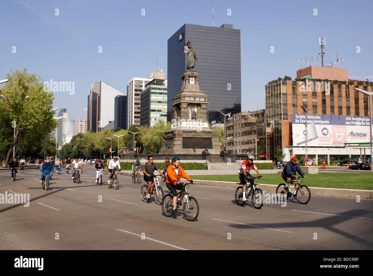 bicyclists-on-paseo-de-la-reforma-mexico