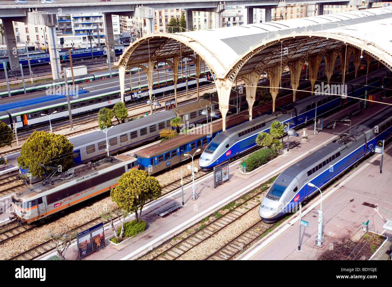 A view from above of the nice ville train station and tgv for Piscine nice