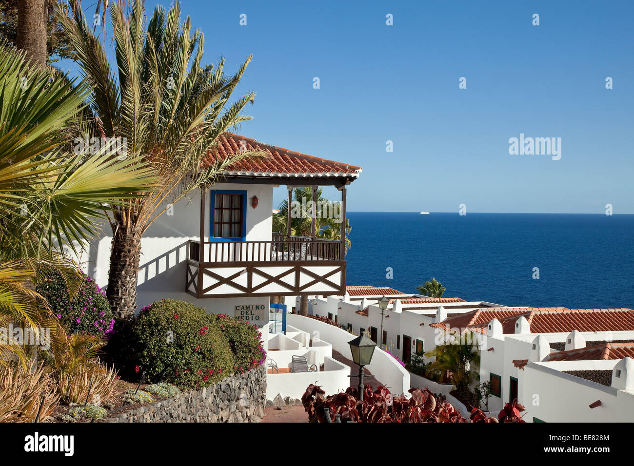 The jardin tecina hotel with sea view in the sunlight for Hotel jardin tecina la gomera