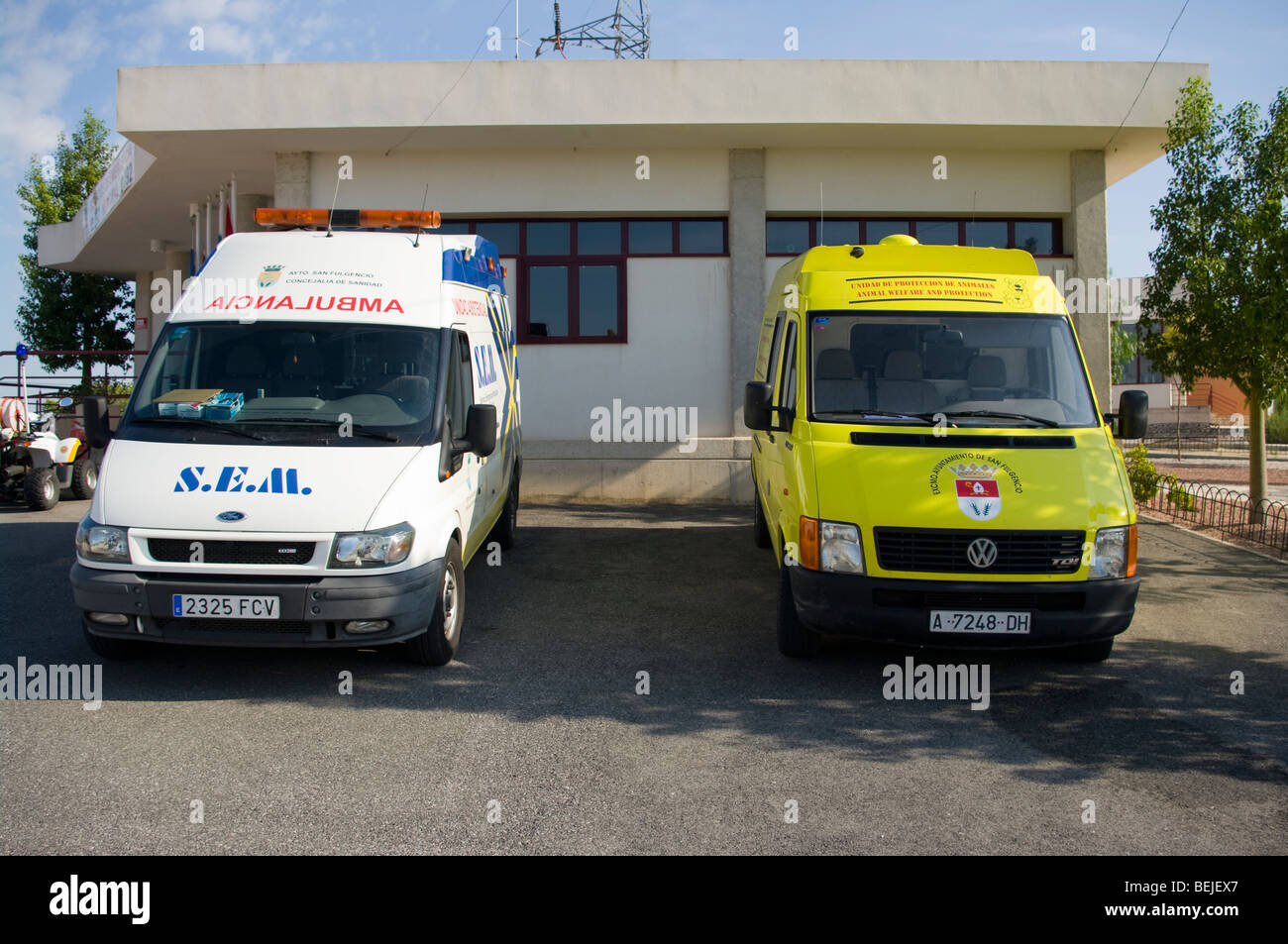 s e m stock photos s e m stock images alamy spanish ambulance and animal ambulance la marina spain stock image