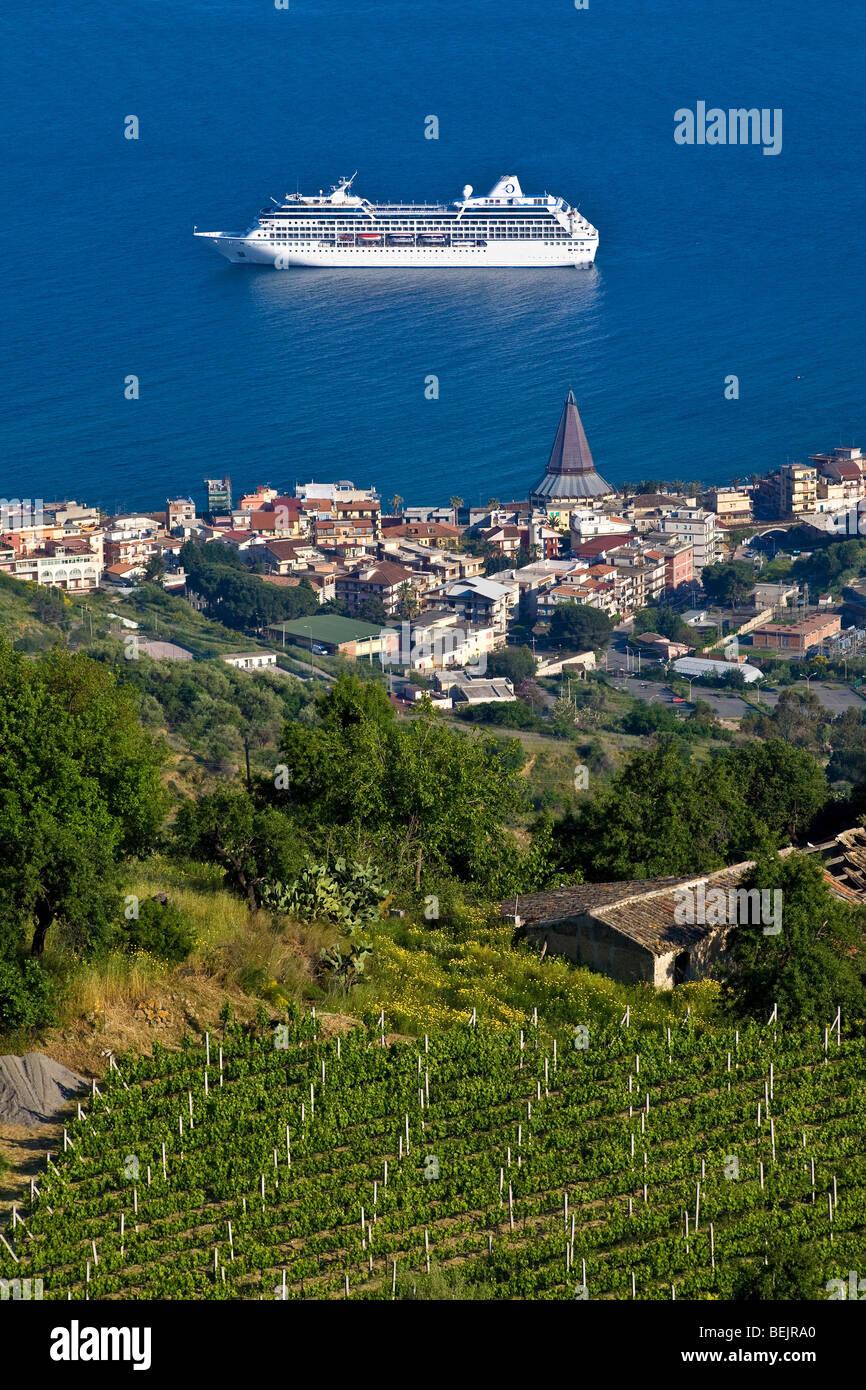 Cruise boat giardini naxos sicily italy stock photo for Giardini naxos sicilia