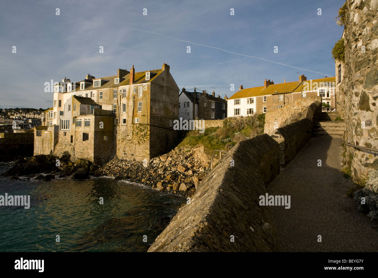 old stone houses built into the cliff on the water 39 s edge at st ives stock photo royalty free. Black Bedroom Furniture Sets. Home Design Ideas