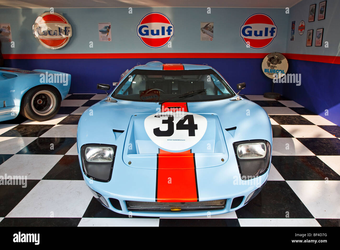 A le mans gulf ford gt40 garage recreation at the 2009 for Garage automobile le mans