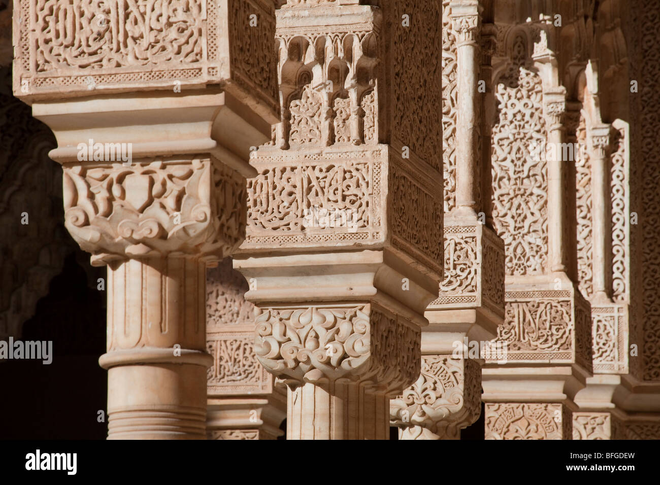 Arcade with decorated stucco court of the lions alhambra for Alhambra decoration
