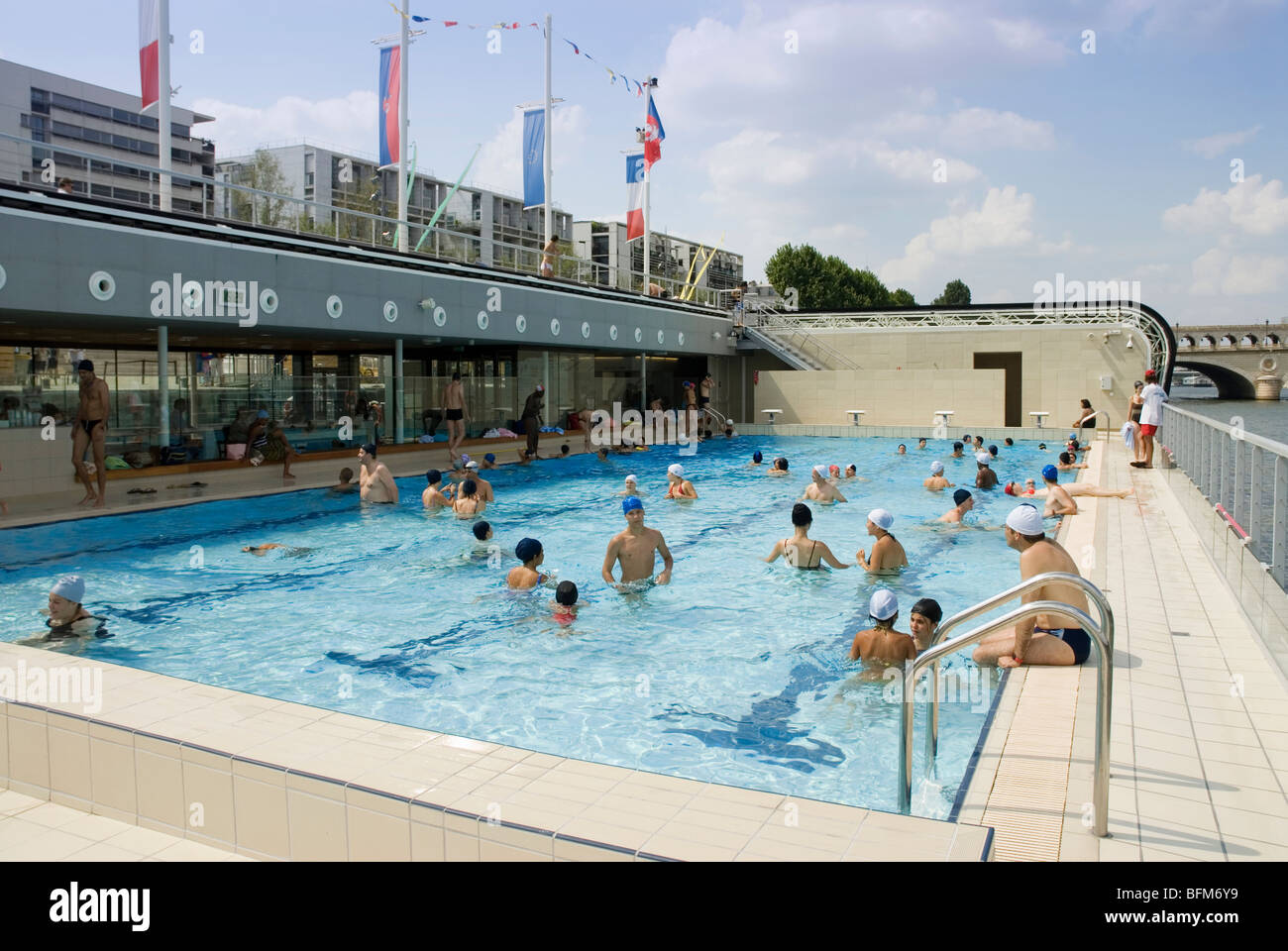 Piscine josephine baker floating swimming pool in the for Floating swimming pool paris