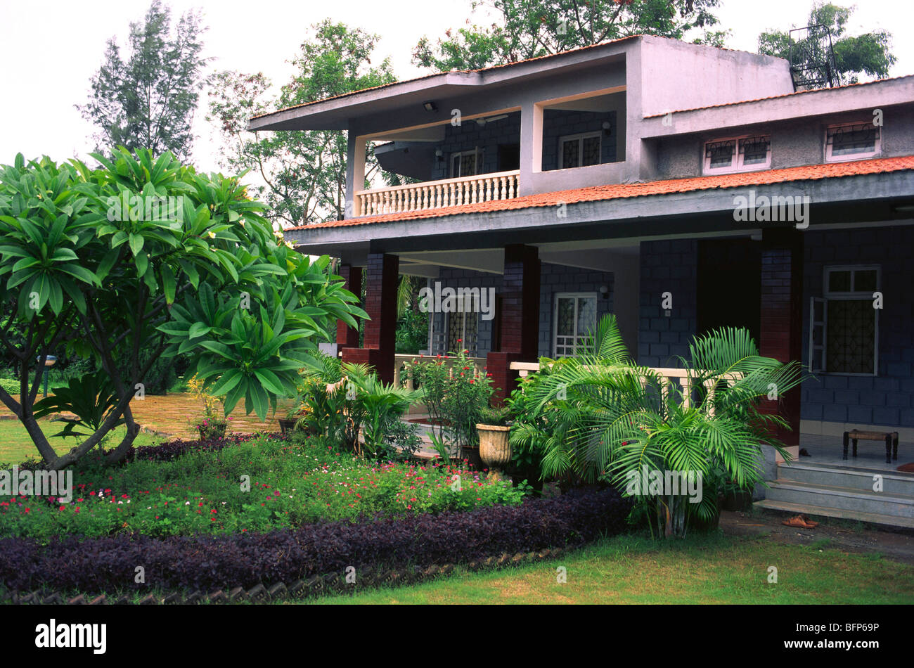 Nmj 66227 bungalow with garden panvel bombay mumbai for Garden house in india