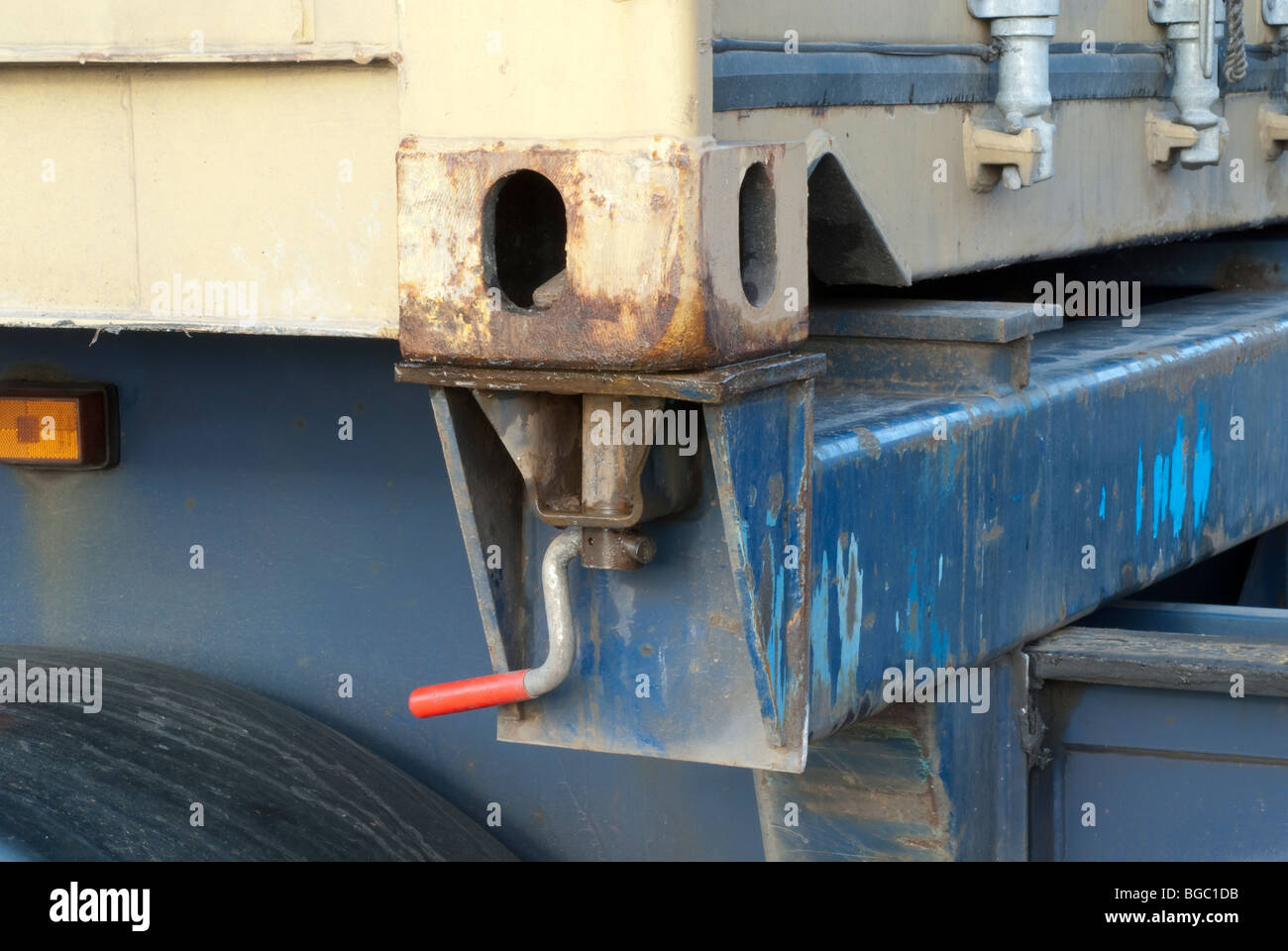Shipping container twistlock connection on hgv in locked