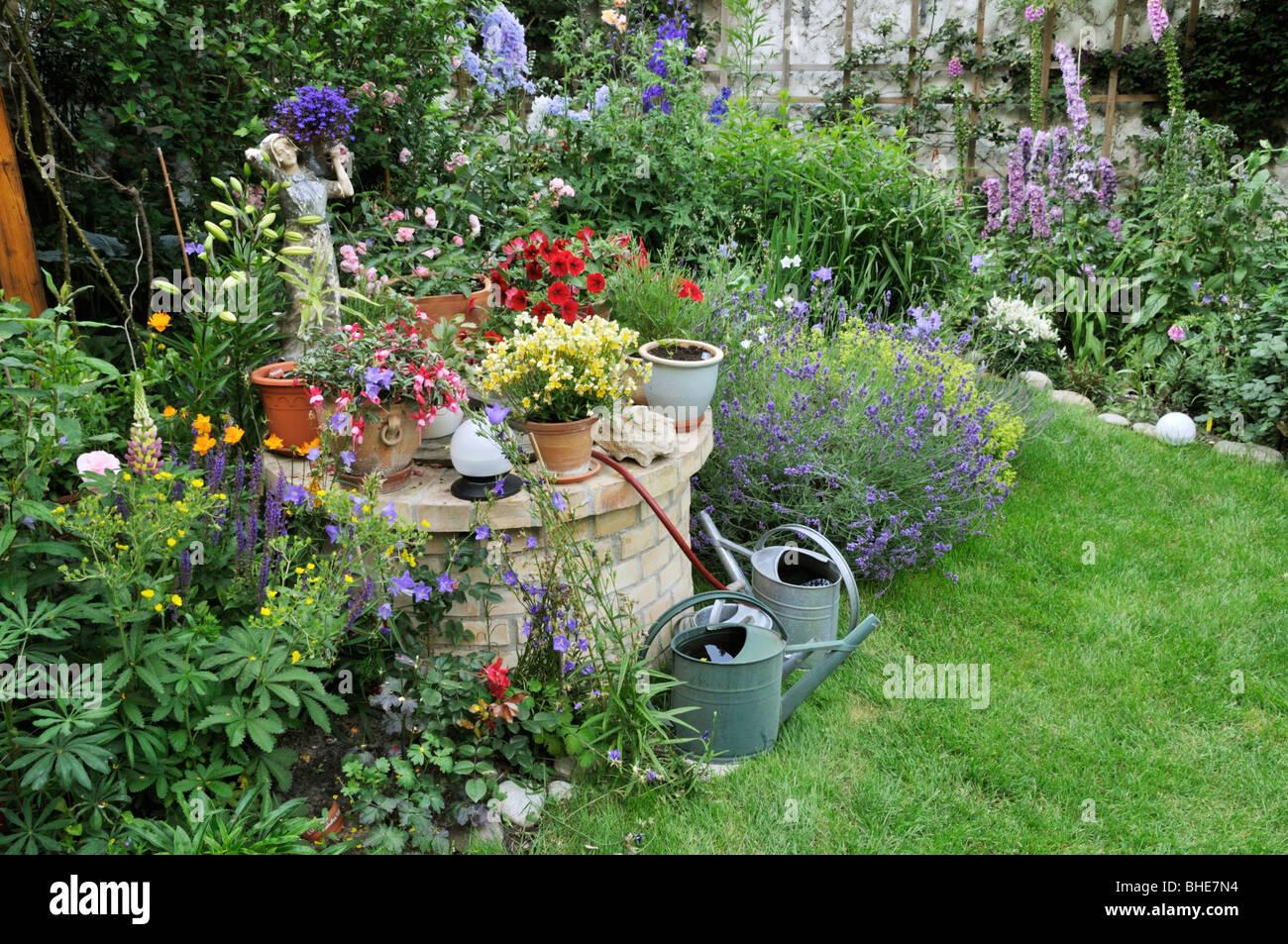 Perennial Bed And Annual Plants In A Backyard Garden. Design: Jutta Wahren
