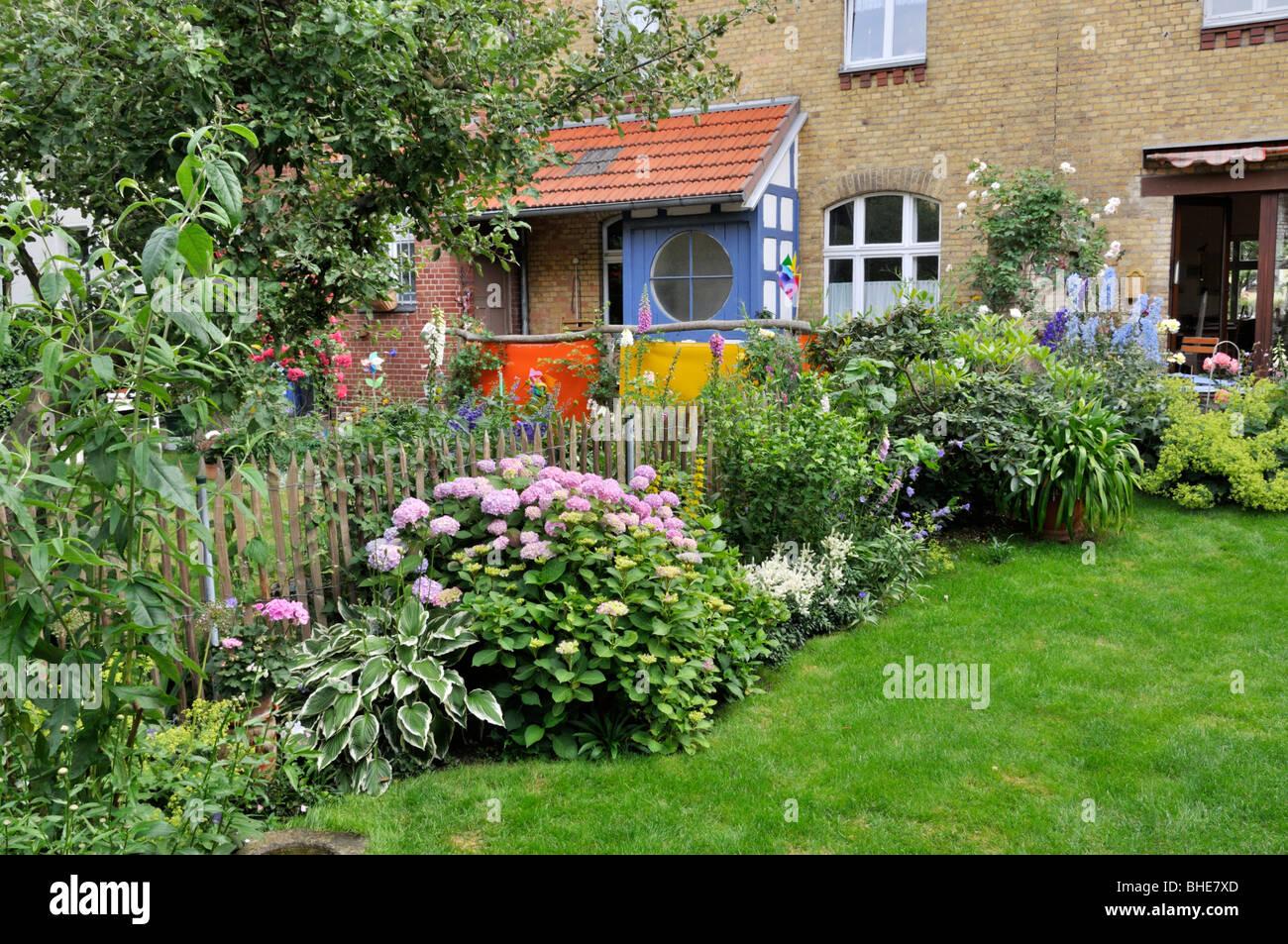 Perennial border in a backyard garden design jutta for Xd garden design
