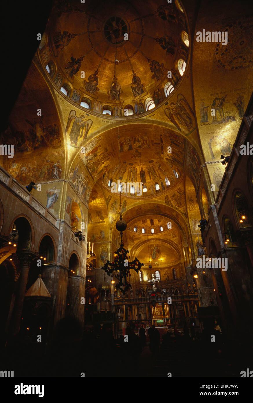 Venice italy golden interior of the basilica di san for Esterno basilica di san marco