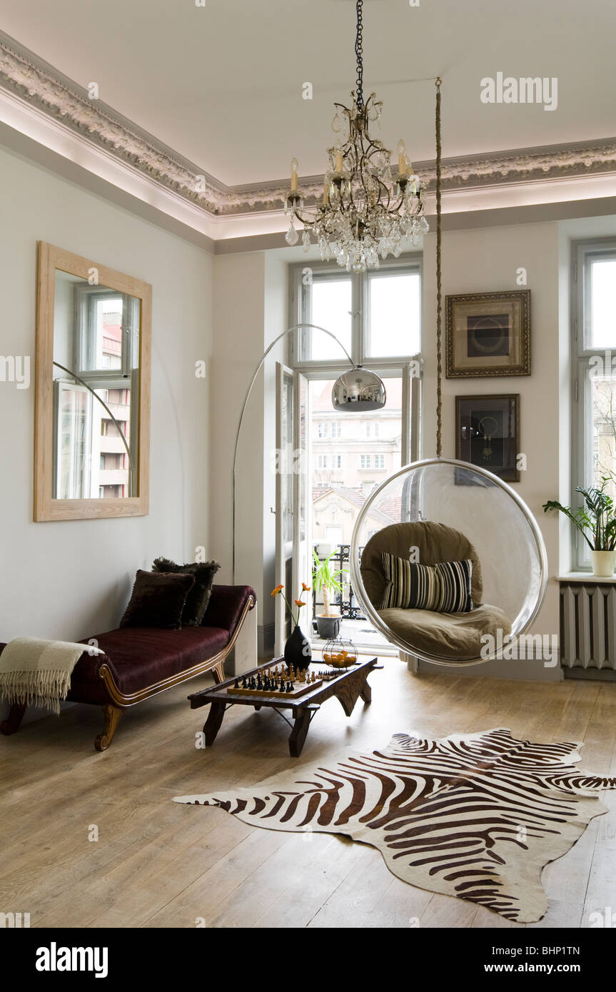 Bubble chair eero aarnio - Eero Aarnio Bubble Chair In Living Room With Zebra Skin Rug And Chandelier