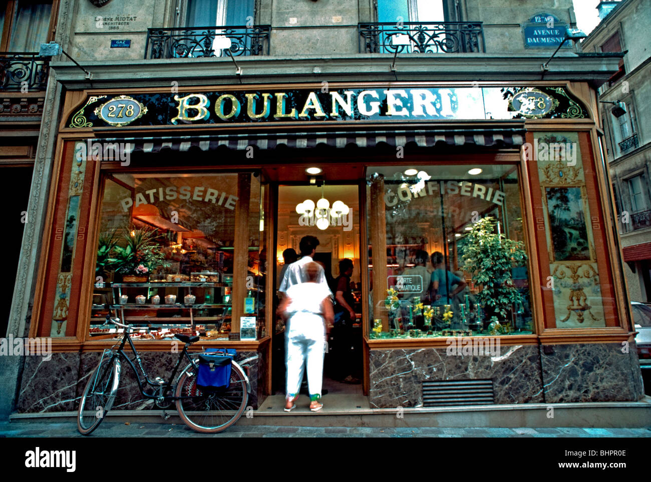 France paris vintage people buying bread old french for Retro shop paris