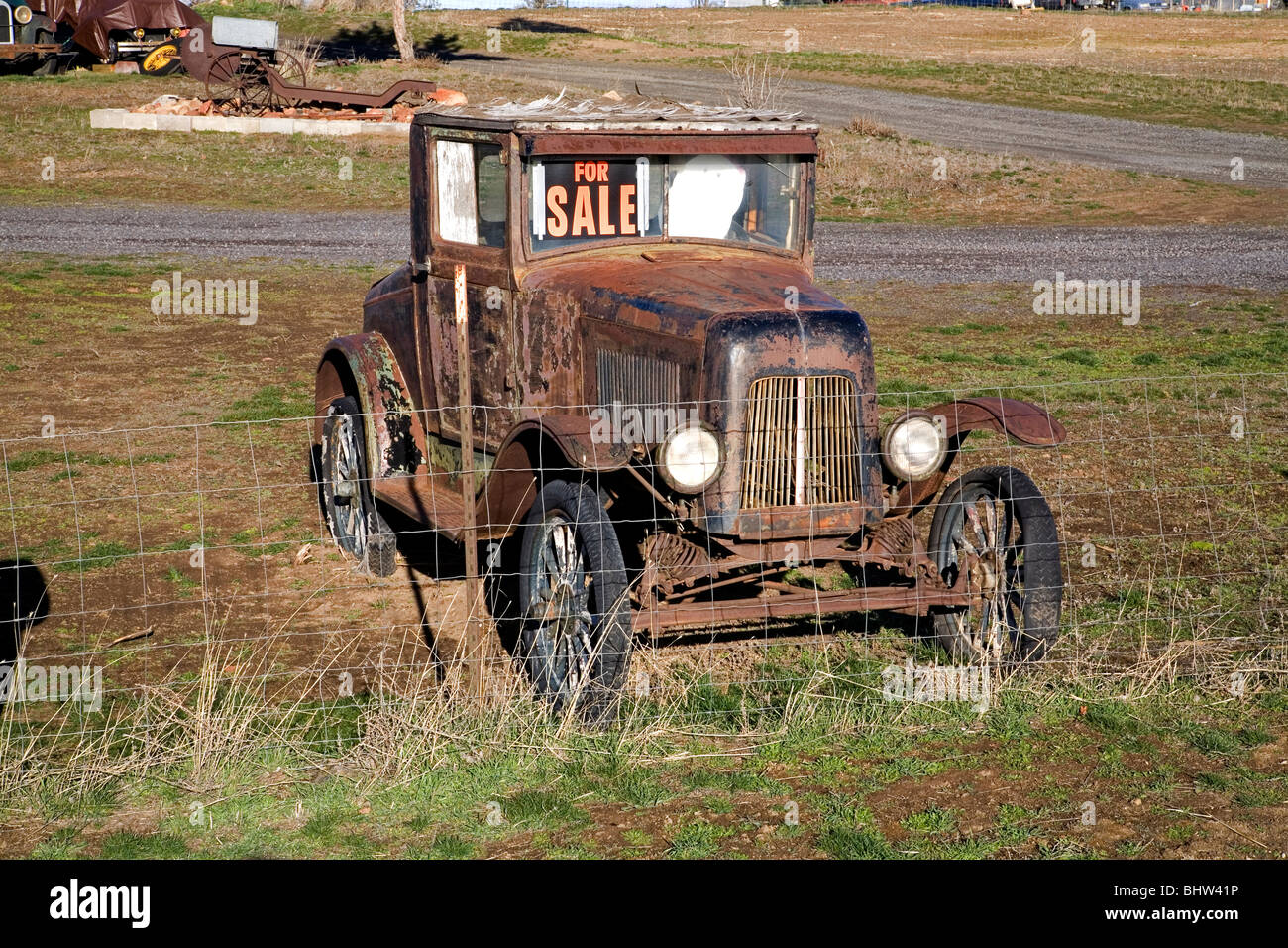 A For Sale sign on a rusty antique classic old car in a field in – Free for Sale Signs for Cars