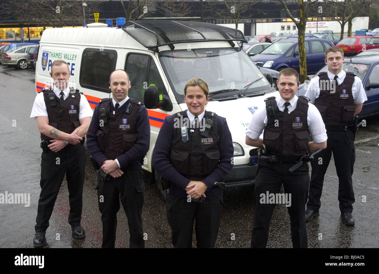 http://c8.alamy.com/comp/BJ0AC5/five-thames-valley-police-officers-in-front-of-a-police-van-uk-BJ0AC5.jpg