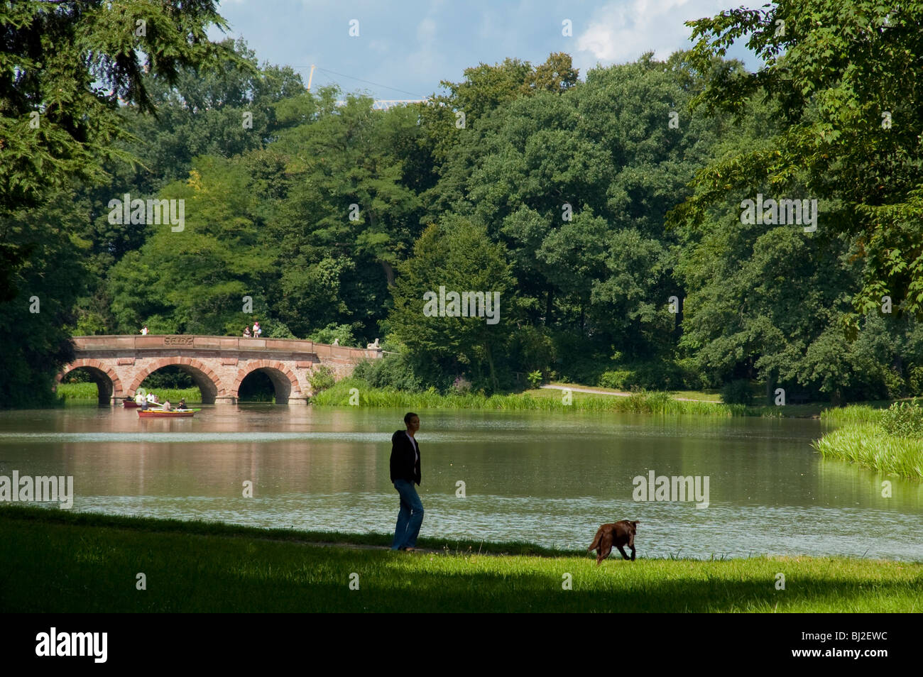 english landscape garden One of the hallmarks of english landscaping is the movement away from rigid geometric garden beds and toward serpentine shapes in this case, the arch of the arbor leading into a secondary room echoes the curve of the garden beds.