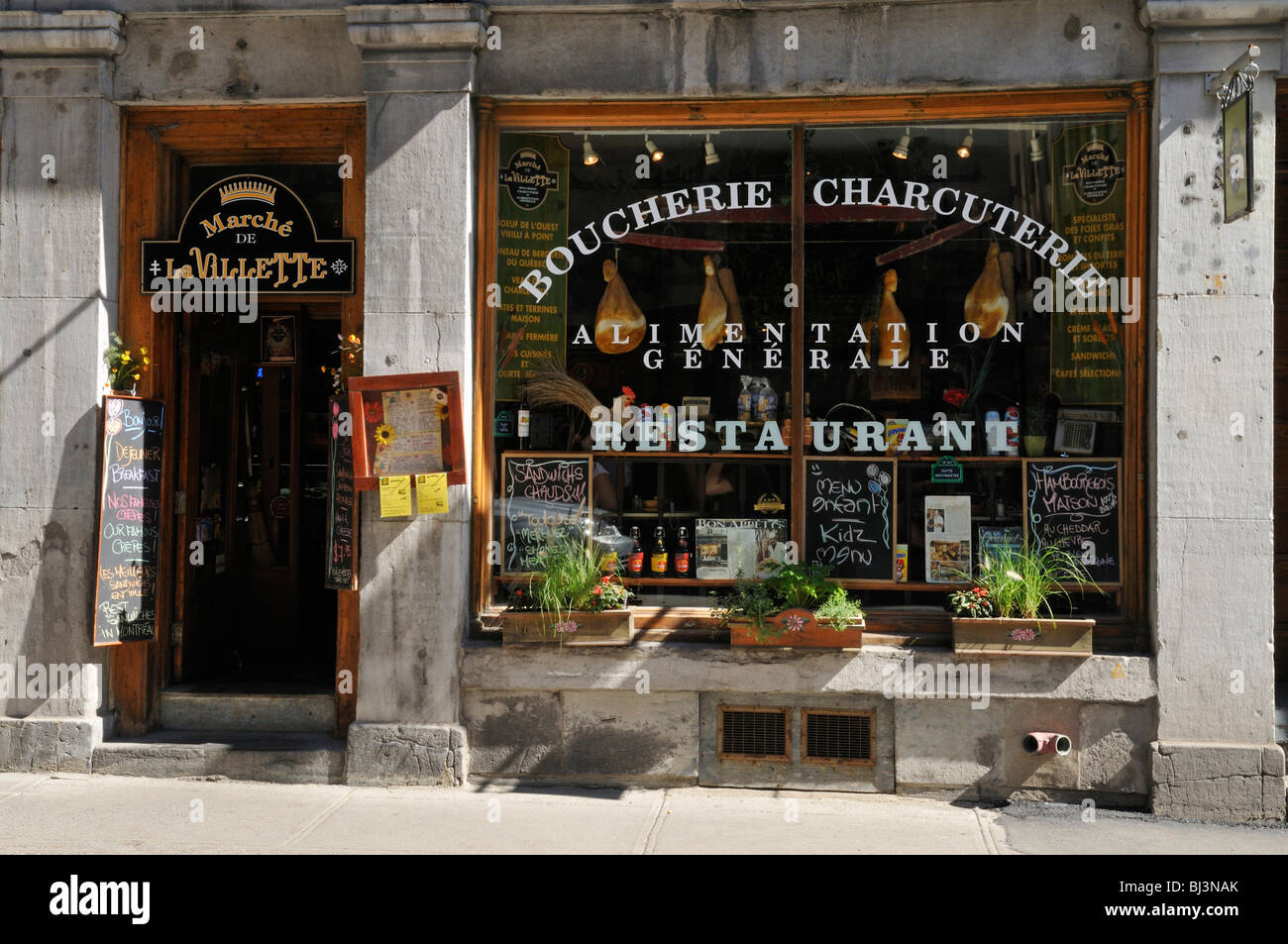 Entrance and window of a bistro restaurant in vieux for Restaurant window design