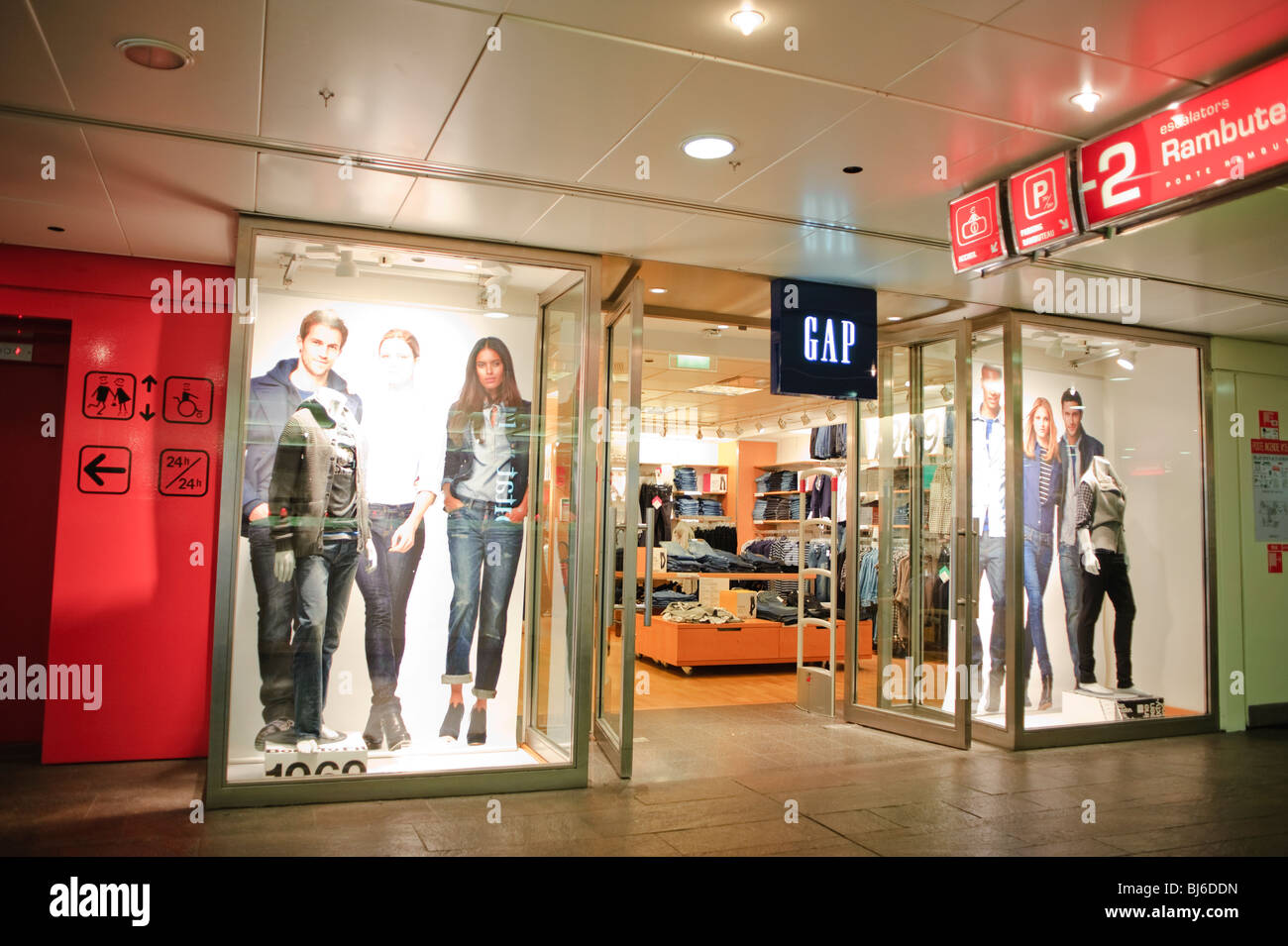 Paris france the gap store at les halles le forum des ha - Les halles paris shopping ...