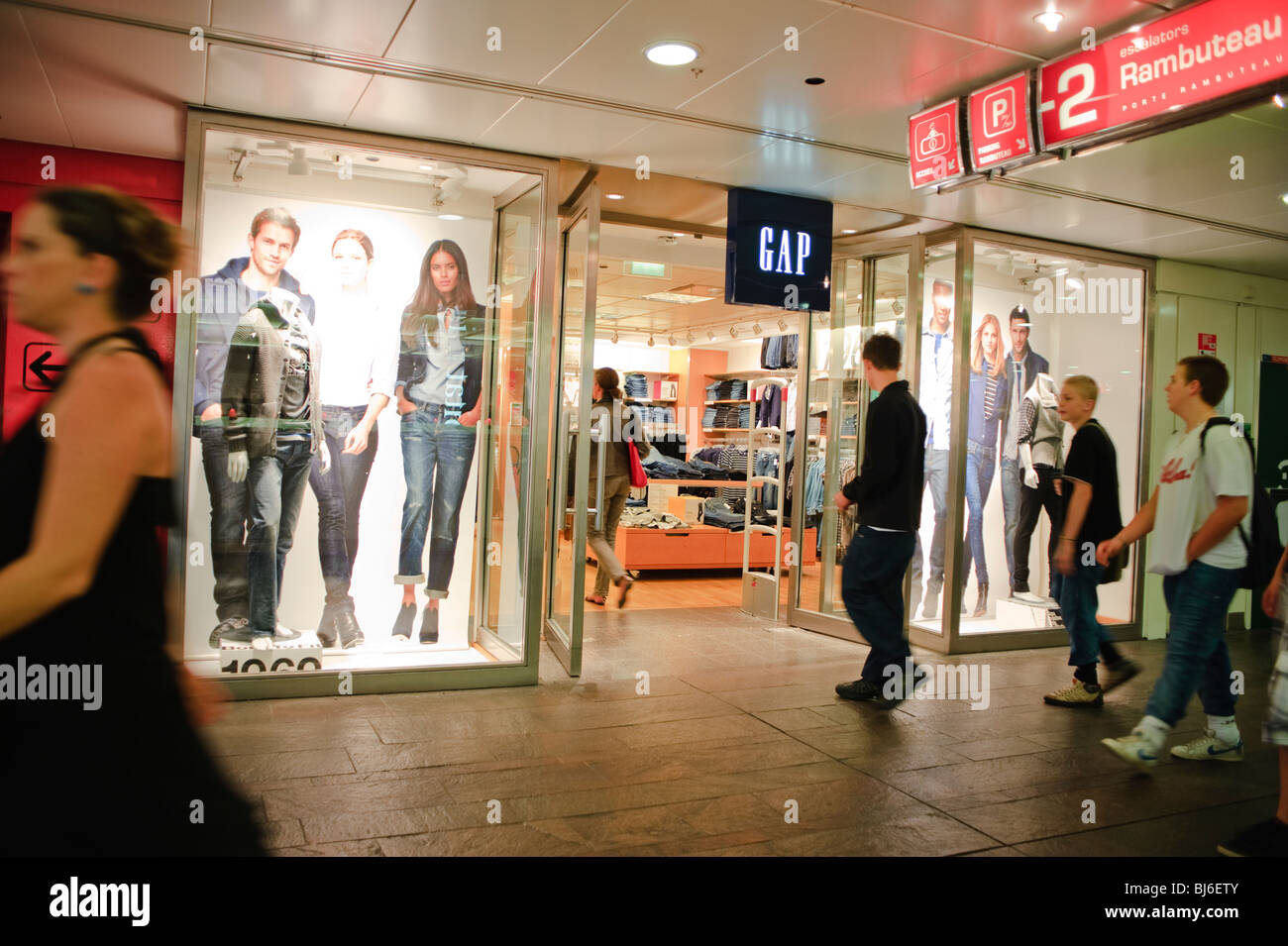 Paris france shopping the gap store at les halles le f - Les halles paris shopping ...
