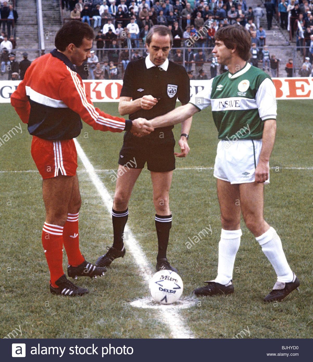 27/10/85 SKOL CUP FINAL ABERDEEN V HIBS (3 0) HAMPDEN   GLASGOW Referee Bob  Valentine Brings The Two Captainu0027s, Aberdeenu0027s