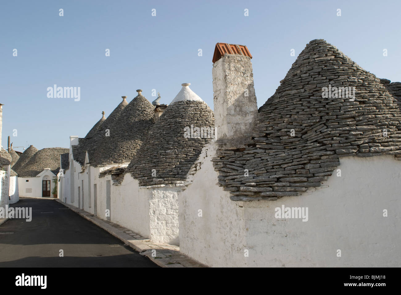 italien apulien alberobello unesco weltkulturerbe trulli gasse stock photo royalty free. Black Bedroom Furniture Sets. Home Design Ideas
