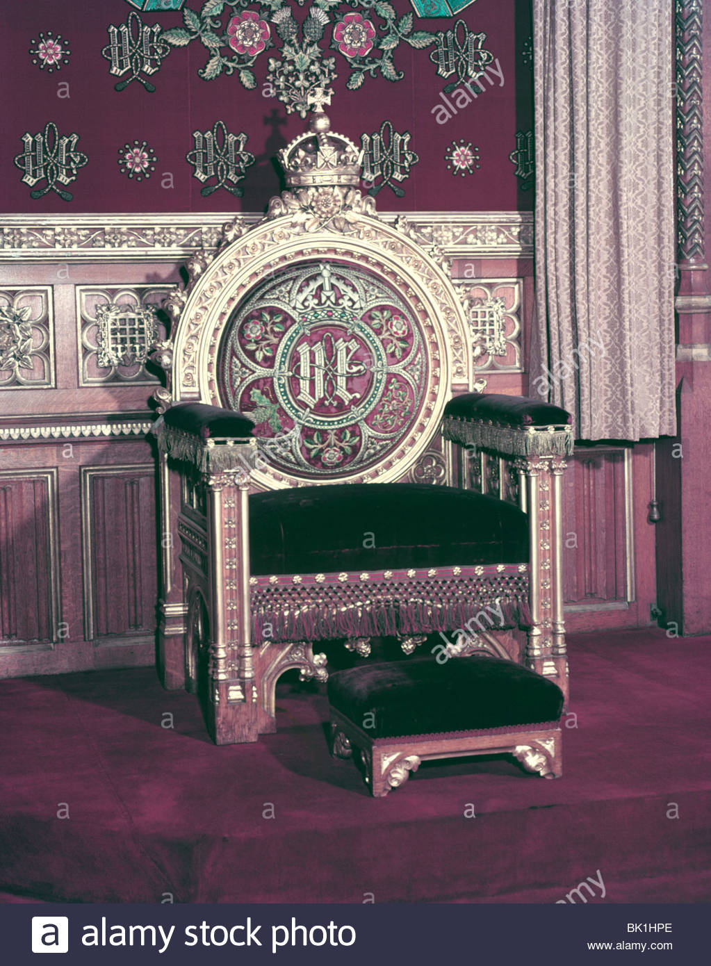 http://c8.alamy.com/comp/BK1HPE/the-throne-chair-used-by-queen-elizabeth-ii-at-the-palace-of-westminster-BK1HPE.jpg