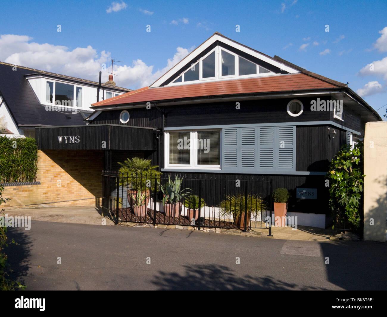 Chalet style bungalow of a contemporary design surrey uk for Moderner chalet stil