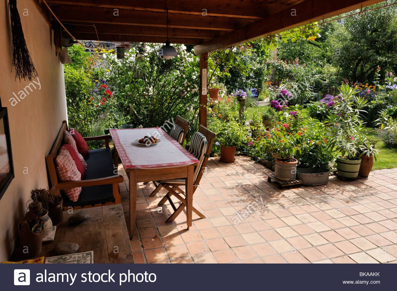 Terrace with seating area and potted plants design jutta for Terrace plants