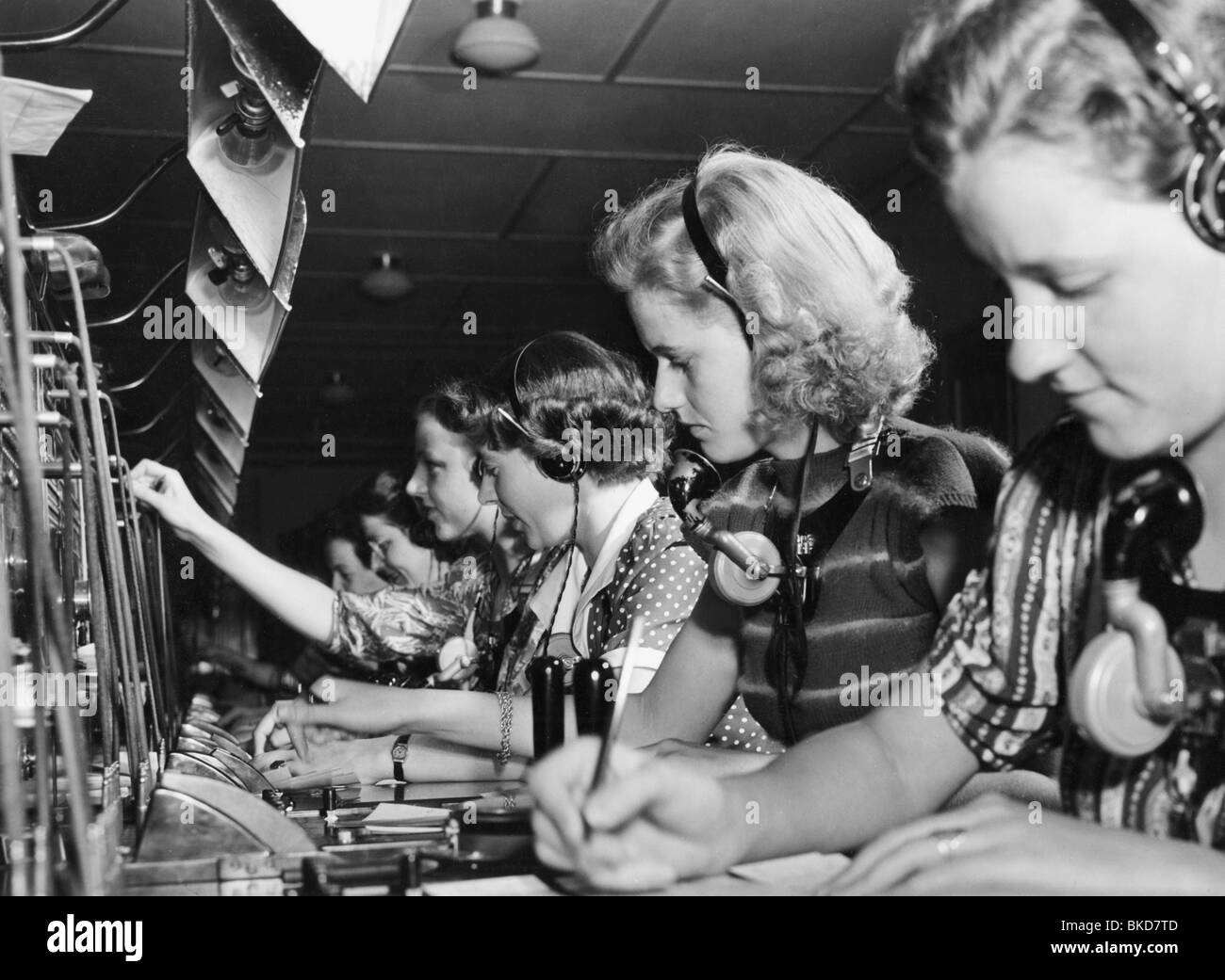 switchboards stock photos switchboards stock images alamy mail post telephone telephonists 1950s 50s 20th century historic