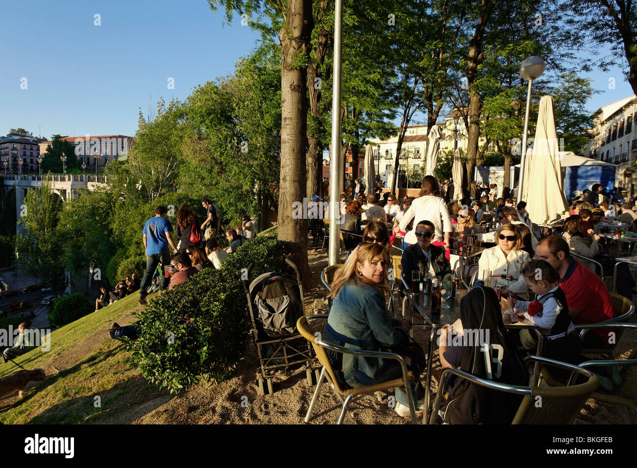 People sitting in a cafe near a viaduct jardines de las for Jardines de las vistillas