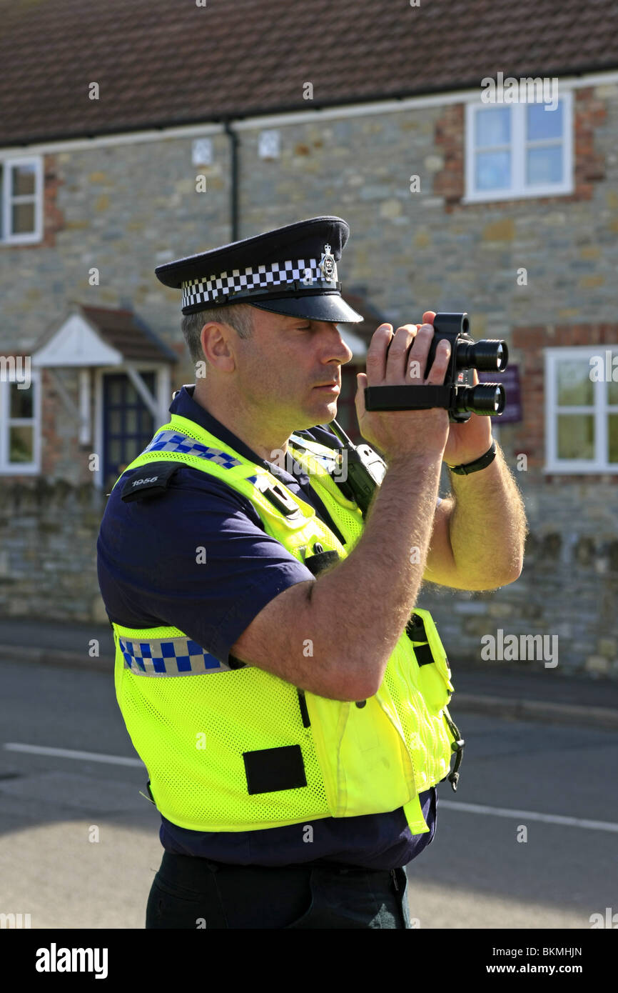 http://c8.alamy.com/comp/BKMHJN/british-police-officer-using-a-hand-held-speed-camera-in-a-30mph-zone-BKMHJN.jpg