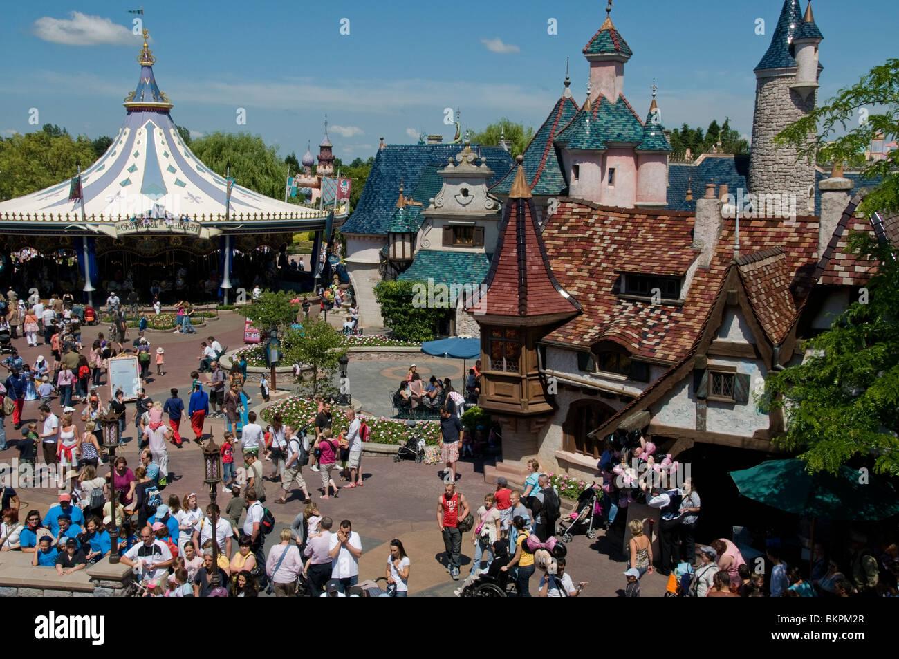 Paris france theme parks people visiting disneyland for Amusement parks in paris
